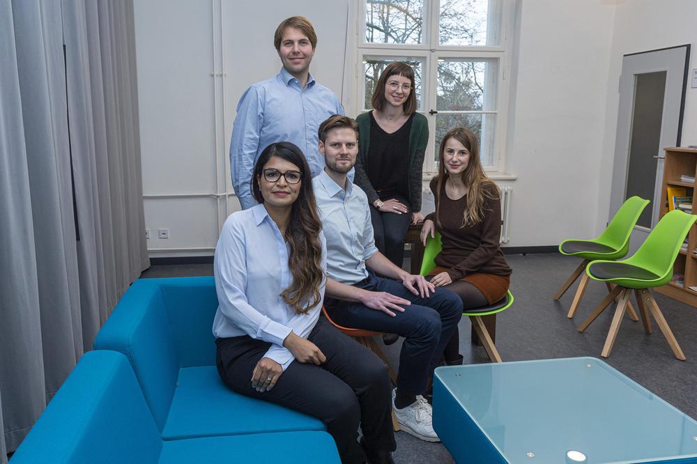 Starten aus Berlin-Dahlem in den digitalen Gesundheitsmarkt: Dr. Reem Alneebari, Oliver Welter, Tobias Seidl, Zeynep Ergin und Ekaterina Messchischwili (v.l.n.r.) von Nia Health.