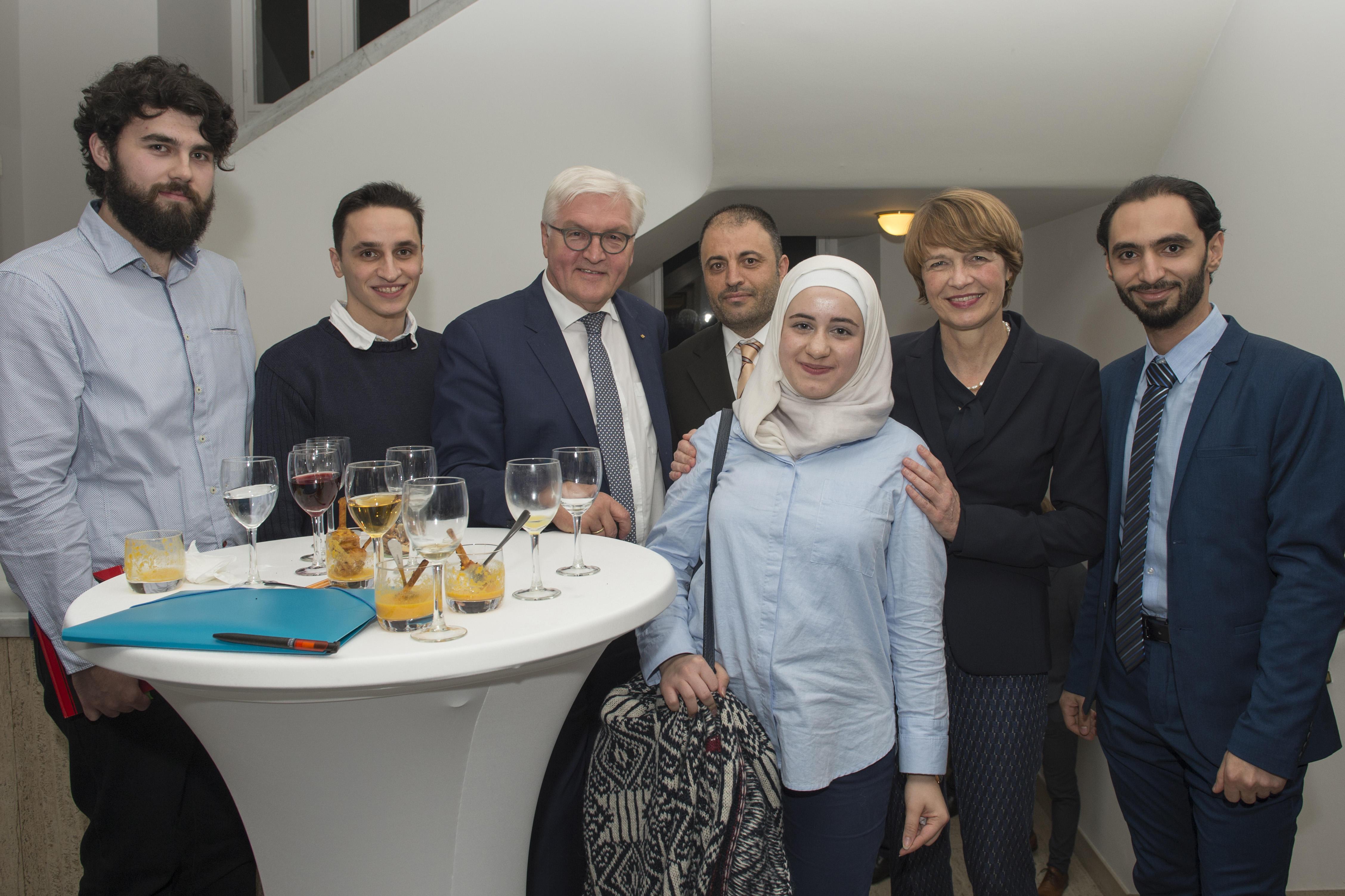 Gute Gesprächsatmosphäre: (v.l.n.r.) Elmedin Sopa, Wael Amayri, Bundespräsident Steinmeier, Mohamed Ali Mohamed, Raghad Koko, Elke Büdenbender und Muhammed Al Zeen.