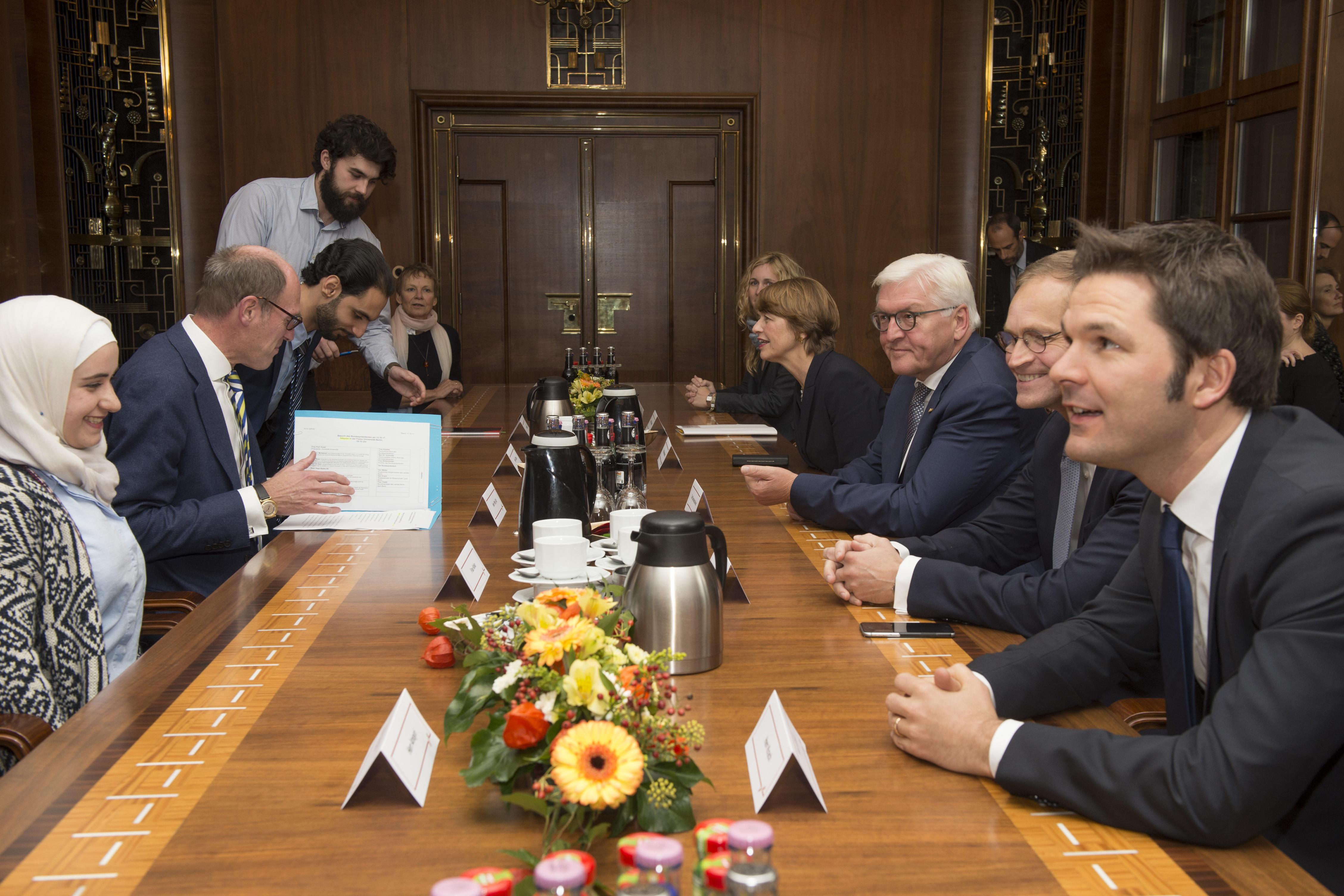 An der Freien Universität hatten sich der Bundespräsident und seine Ehefrau, der Regierende Bürgermeister sowie die Präsidentin und Präsidenten der drei Universitäten zu einem Gespräch mit syrischen Studierenden und Wissenschaftlern zusammengesetzt.