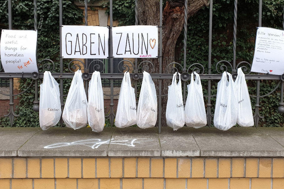New forms of solidarity: Bags of food were attached to donation fences during the lockdown.