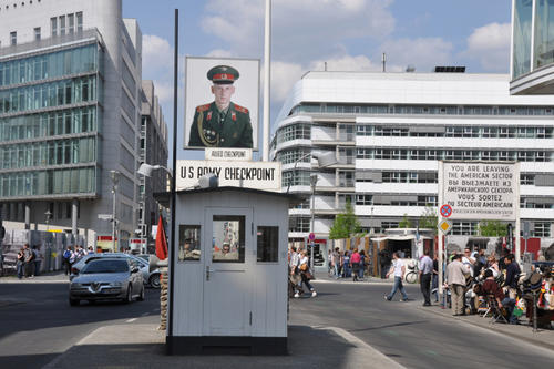 """Germany Looks East"" war der Titel des Berlin Program Workshops - hier geht der Blick am Checkpoint Charlie vom Westen in den Osten."