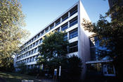 The Institute of Pharmacy has two locations. The disciplines of pharmaceutical chemistry, pharmacology, and pharmaceutical biology are in the building on Königin-Luise-Straße 2-4.