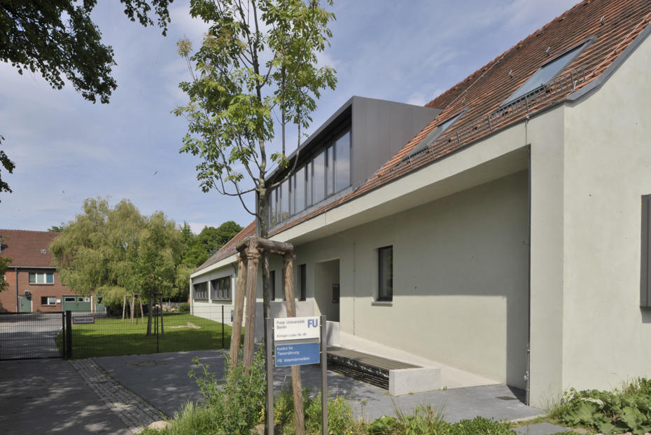 The Institute of Animal Nutrition is located near Domäne Dahlem at Königin-Luise-Str. 49, Building 8.