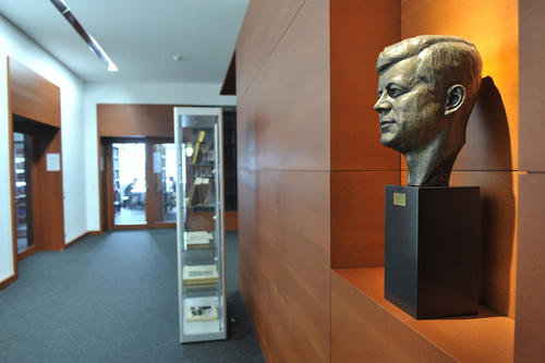 The library of the John F. Kennedy Institute with around 790,000 items is the largest library in Europe specialized in North American media.