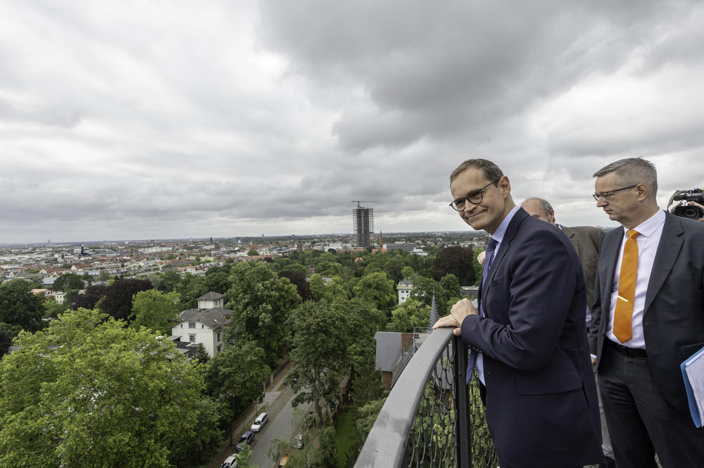 One last look over the roofs and treetops of southwestern Berlin before the Governing Mayor continues his summer tour and heads to Charlottenburg.