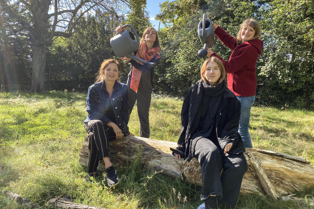 Watering the plants with rainwater – just for fun. The SUSTAIN IT! Initiative team, clockwise from front left: Karola Braun-Wanke, Kathrin Henße, Carolin Bergman, and Léonie Cujé.