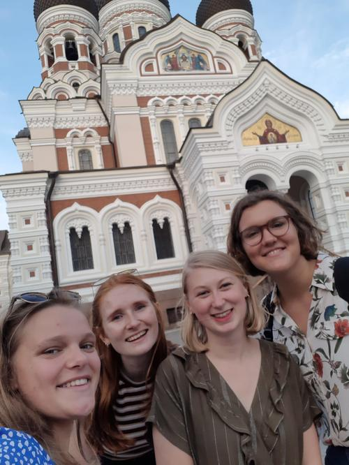 In good company in Estonia: Selfie in front of Alexander Nevsky Cathedral, a Russian Orthodox church (Elena Schulz-Ruhtenberg, far right).