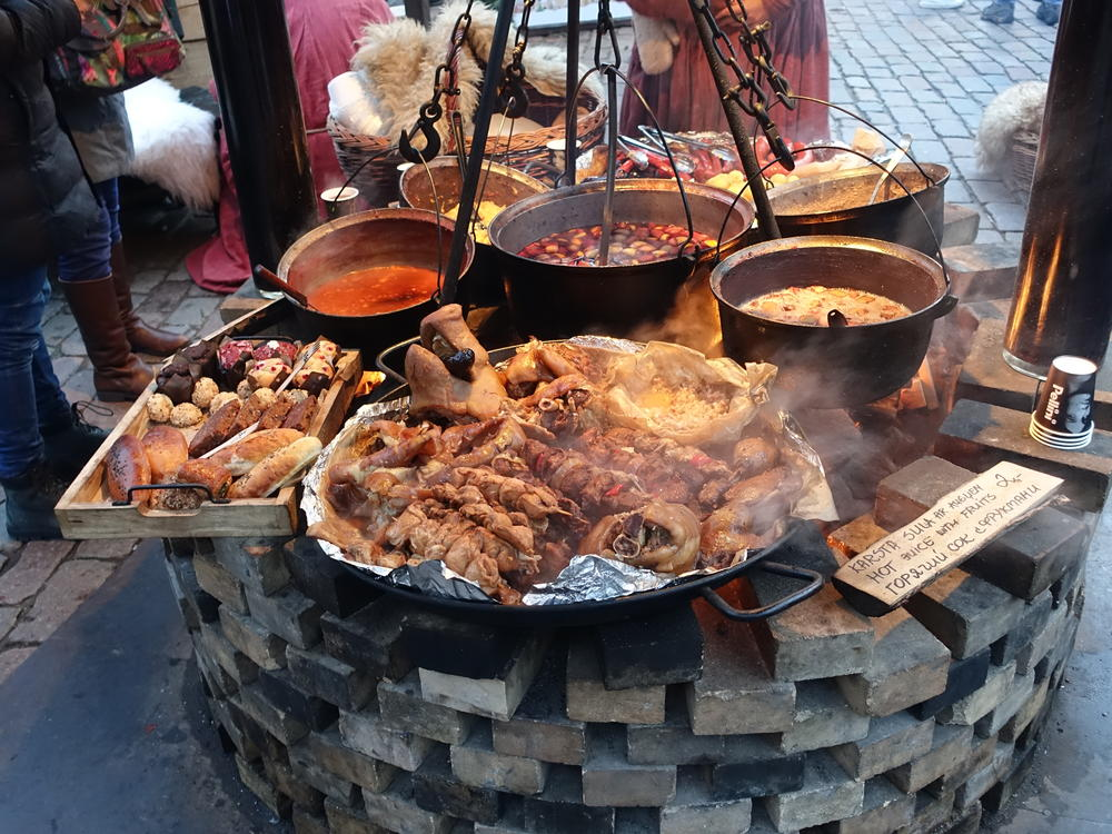 At the Christmas market in Riga, meat and soup are prepared as they were in the Middle Ages.