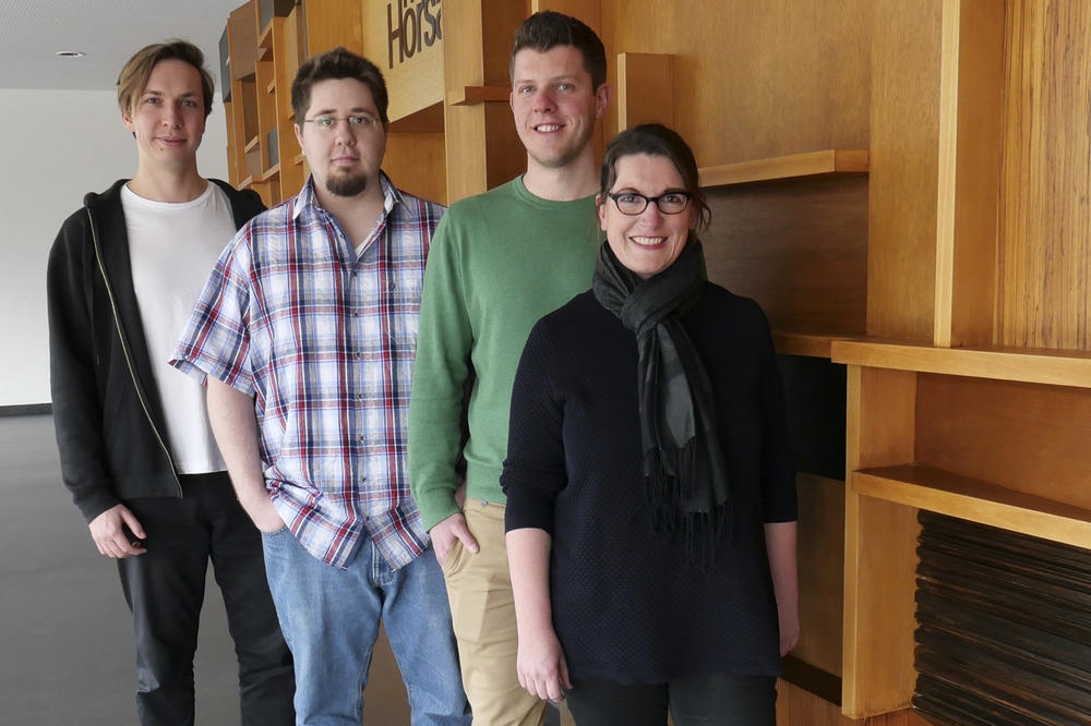 Oliver Etzold, Simon Rackow, Daniel Stöbener, and Professor Marie Weinhart (from left to right) are working on a thermoresponsive coating for Petri dishes.