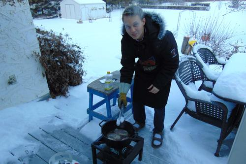 Cooking outside when it's –15° Celsius: On Christmas Eve Robert Brundage cooked duck à l'orange for his grandparents. He first seared the duck breasts on an outdoor barbecue.