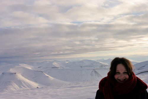 The last light before months of darkness: Janna Einöder in front of a landscape in Spitsbergen.