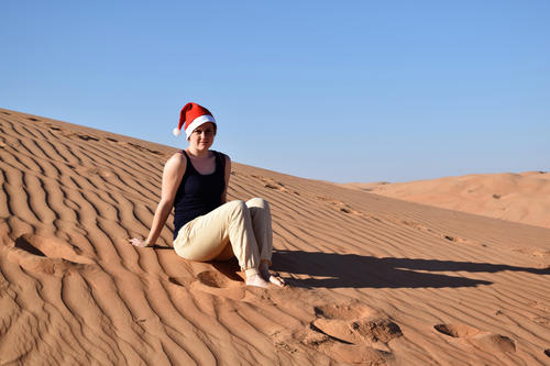 Even wearing a Christmas hat, in the middle of the desert with 30° C in the shade, Salome Bader can't get in the Christmas spirit.