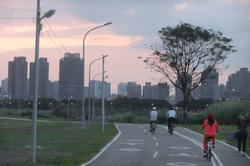 Luckily, there are plenty of bike paths, where you can get away from the exhaust gases and interminable traffic light phases in the downtown districts of Taipei.