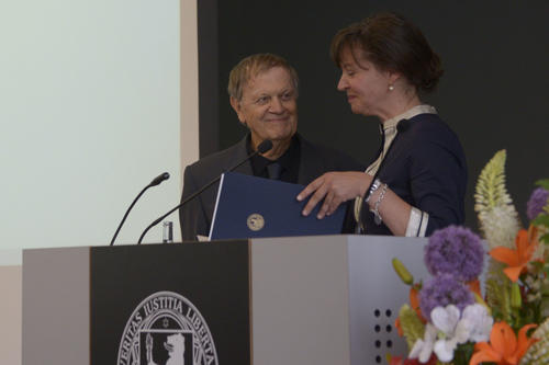 Professor Claudia Olk, Dean of the Department of Philosophy and Humanities, presents Professor Hayden White with the honorary doctorate.
