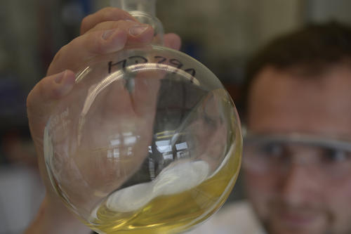 Hope in golden yellow: Mathias Dimde, a research associate on the team headed by Dirk Steinhilber and Professor Rainer Haag, turns a flask containing dendritic polyglycerol.