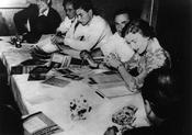 August 7-13, 1951 – Foundation of a working group of the European Student Press. The chief editors are depicted in the foreground. In the background, at the end of the table, is the medical student Otto H. Hess.