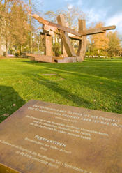 "2007 – The bronze sculpture ""Perspectives"" by Volker Bartsch.        In the foreground: A memorial stone honoring the murdered students from Freie Universität Berlin."