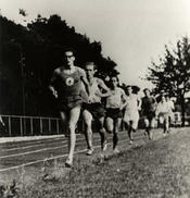 Early 1950s – A race open to all university students in Berlin. A runner from Freie Universität Berlin is shown here in first place.