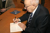 Many guests took the opportunity to have their books autographed by Marcel Reich-Ranicki.