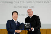 Professor Dieter Lenzen, who at the time was the president of Freie Universität, presented the Freedom Award to Kim Dae-Jung.