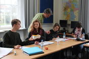 "Students get advice from Dr. Detlef Otto in the language course ""German Discourse and Culture II""."