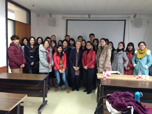The former Federal Minister of Justice Prof. Dr. Herta Däubler-Gmelin (Freie Universität) with students during a stay at the ZDS Peking in 2013.