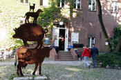 A sculpture in the style of the Bremen Town Musicians decorates the main campus of the Department of Veterinary Medicine in Düppel.