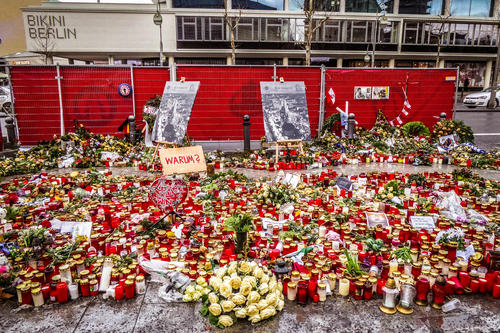 Mourning for the victims: On December 19, 2016, the Tunisian Anis Amri drove a truck into a booth alley of the Christmas market at the Kaiser Wilhelm Memorial Church in Berlin. Twelve people lost their lives, and 55 were injured.