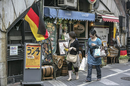 Currywurst, German bread rolls, and a beer stein hit the road: These days, German specialties like those shown in our photo are offered just as readily at restaurants in Tokyo as Asian dishes are in Germany.