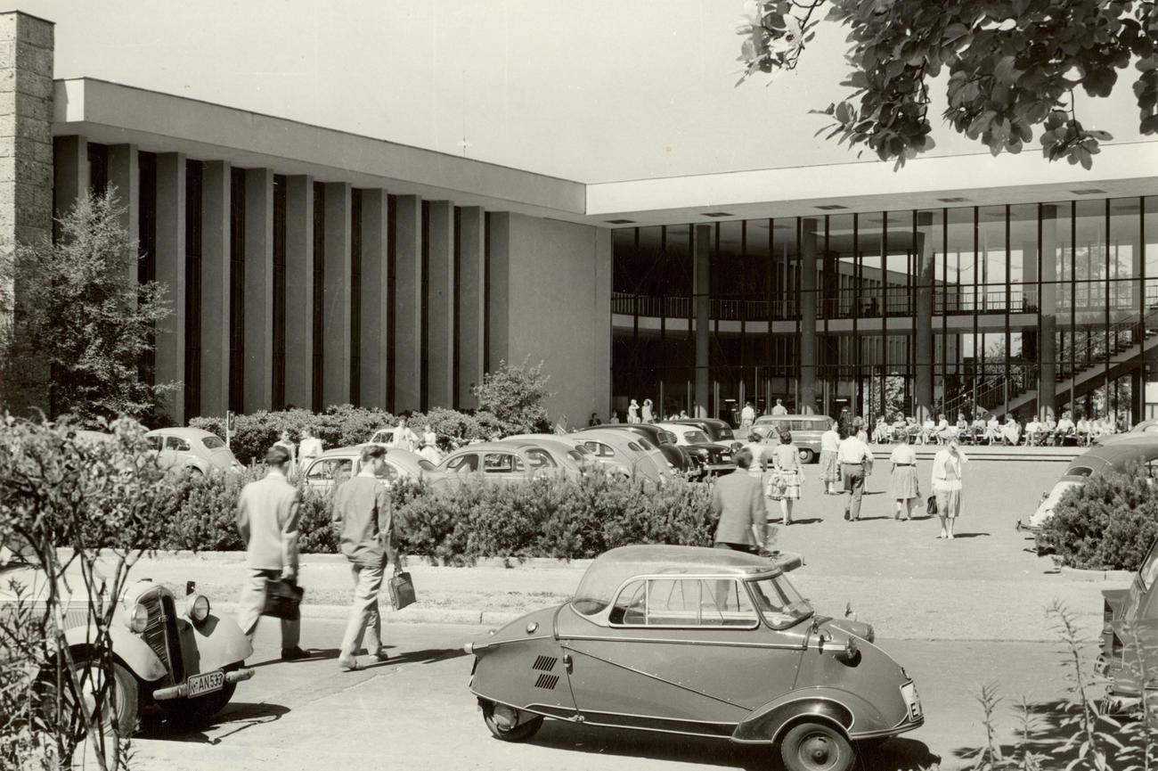 Gebäude der Freien Universität Berlin in Dahlem • Großes Haus für ...